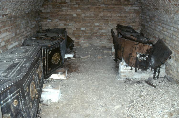 Crypt, 1733, with three coffins. Photo 1986.